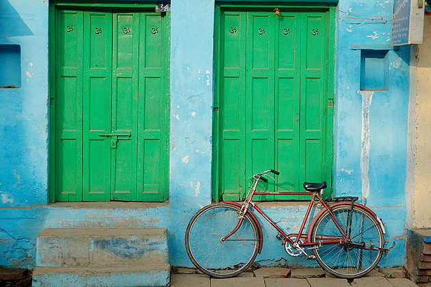 Doors with bicycle, Varanasi, India. (Wikimedia Commons)