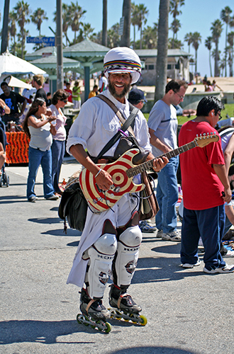 A street performer on the Boardwalk. (Wikimedia Commons Photo)