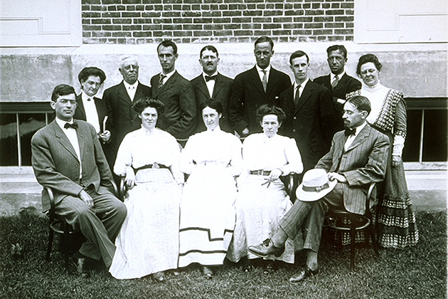 Professors Blakeslee and Lamson and the 1909 summer school class at the Connecticut Agricultural College. (University Photograph Collection, Archives & Special Collections, UConn Libraries)