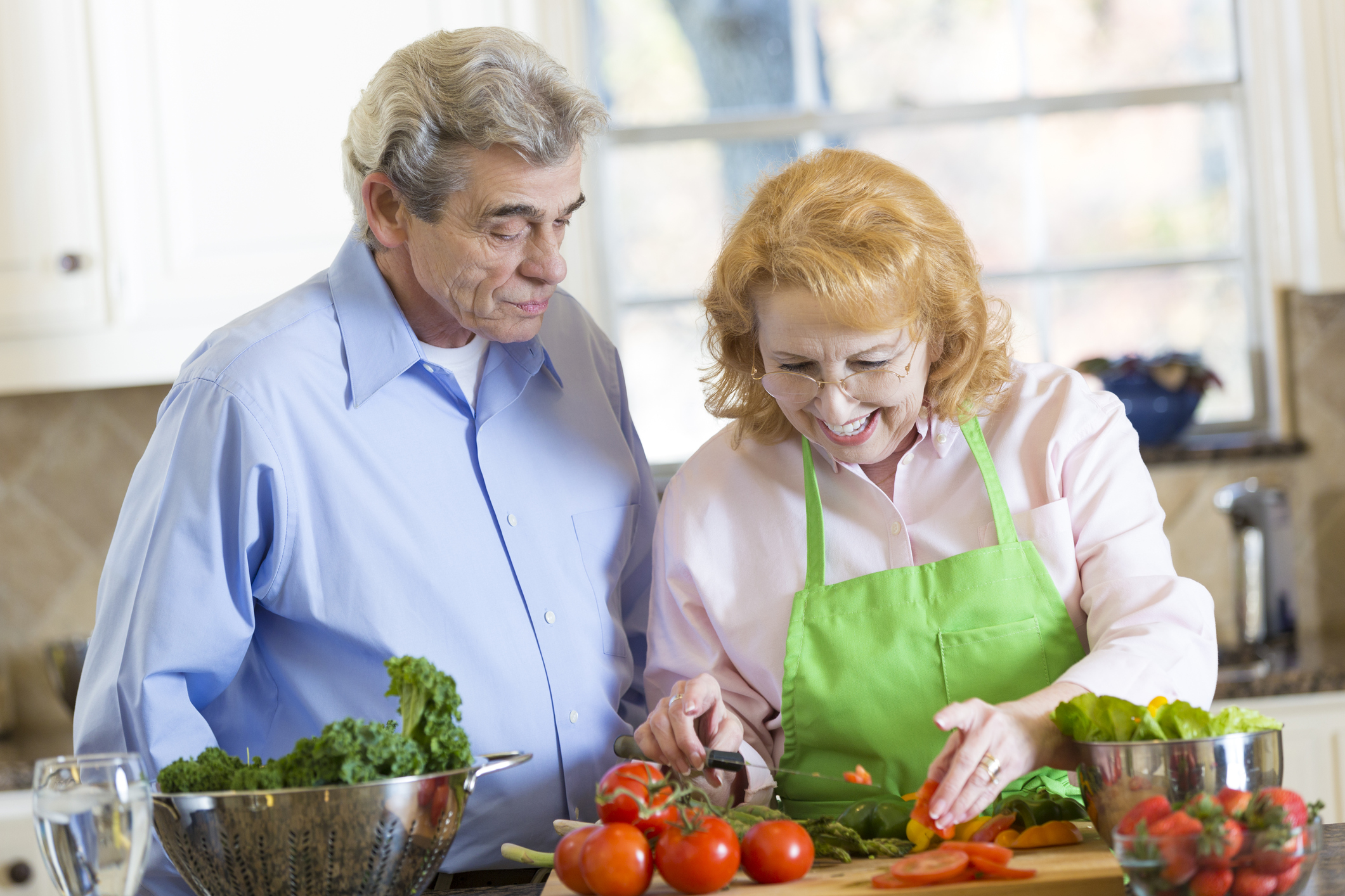 Couple prepares healthy meal together at home. (Getty Images)