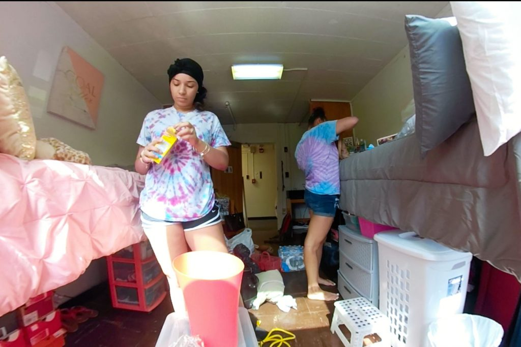 Kira Robertson and Angela Valentin Ares move into Shakespeare Residence Hall in West Campus.