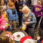 Illustrator Kevin McCloskey entertains the kids with 'worm races,' where worms race to the outside of a circle, where the winner is crowned 'Sea Biscuit.' (Lucas Voghell '20 (CLAS)/UConn Photo)
