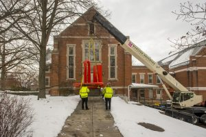 A crane lowers the sculpture into place behind the Benton Museum of Art. (Sean Flynn/UConn Photo)